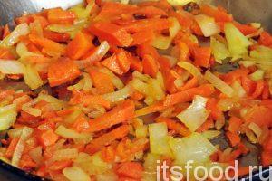 Нагреем в сковородке растительное масло и обжарим нашу нарезку моркови и лука. Добавим столовую ложку томатной пасты и дадим ей закипеть. Заправка готова. Добавляем ее в кастрюлю с гороховым супом.