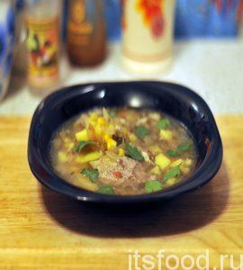 Капустняк украинский с квашеной капустой и кукурузой на гусином бульоне готов. Разливаем суп по тарелкам и украшаем листочками свежей зелени. Для любителей острого можно предложить черный молотый перец.