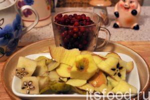 Отходы фруктов и замороженную бруснику помещаем в кастрюлю и довариваем компот. Общее время кипения на слабом огне должно быть примерно 1.5 часа.
