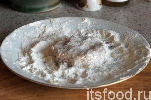 Руками формируем из фарша небольшие круглые котлетки, которые нужно сплющить сверху и снизу. В качестве панировки используем обычную муку с небольшим количеством соли.