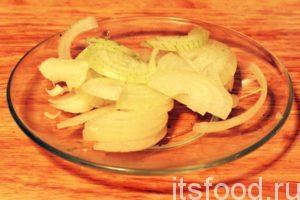 Нарежем половинку луковицы на тонкие полукольца и добавим их в кастрюлю. Продолжаем варить заливное. Пробуем и добавляем соль.