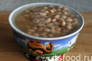 Откроем баночку с консервированной фасолью и добавим ее в кастрюлю, где варится капуста. Туда же добавим остатки морковного маринада вместе с рассолом.