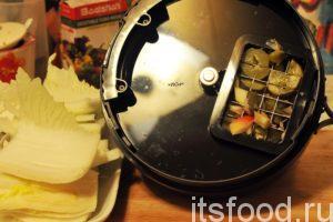 Вскроем аппарат. Видно, что нож-сетка «забит овощами» но на нем нет и следа колбасы или яиц. Одни продукты сменяют другие. Мы закончим нарезку пекинской капустой, остатки которой потом легко смоем теплой водой.