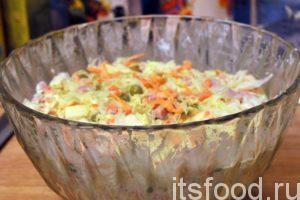 После получения однородного вкусного салата с ветчиной, накрываем салатник и убираем его на 10 минут в холодильник.
