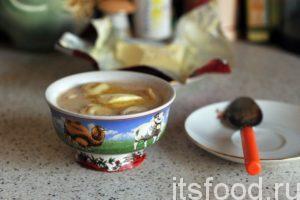 Мы узнали как сделать вкусные пельмени по-монгольски. Блюдо готово. Подаем пельмени в пиалах вместе с чаем, в котором они были сварены. Сначала съедаются пельмени, затем выпивается чай.