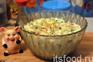 Тщательно перемешиваем наш салат с пекинской капустой, крабовыми палочками и кукурузой. Накрываем салатник крышкой и убираем его в холодильник на 15 минут.