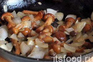 Мы не будем сильно пережаривать лук с грибами. Как только лук зарумянился, можно отправлять готовую заправку в кастрюлю, где варятся грибные щи. Продолжаем варить грибные щи на гусином бульоне на малом огне. Пробуем наш суп на соль и добавляем ее, по мере надобности.