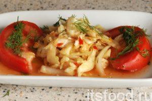 Традиционное корейское блюдо кимчи из обычной капусты готово. Подаем его как самостоятельный салат или добавку к гарнирам. Белый отваренный пресный рис особенно хорошо сочетается с красноватым огненным салатом кимчи. Можно подавать капусту и со свежими овощами. Мы узнали как приготовить кимчи из белокочанной капусты.