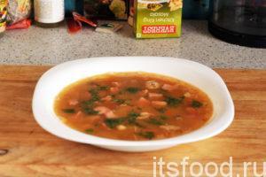 Гороховый суп с сосисками готов. Разливаем его по глубоким тарелкам и украшаем свежей зеленью. Сосиски придали нашему блюду тонкий аромат мясных копченостей. Мы узнали пошаговый рецепт приготовления горохового супа с копченостями.