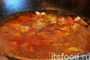 Возвращаем сковородку на огонь и добавляем в зирвак 2 стакана кипятка. Все перемешиваем и варим на слабом огне не менее 35-40 минут.