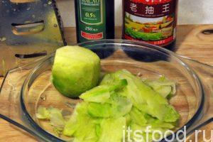 Вторую зеленую редьку натрем на крупной терке в виде тонких пластинок. Это можно сделать и с помощью кухонного ножа. Для салата мы будем использовать оливковое масло и настоящий китайский соевый соус для салатов в стеклянной бутылке. Нужно отметить, что этот соус намного гуще и ароматнее, чем его собратья – Киккоман и Ачим.