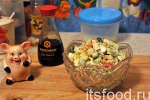 Салат с пекинской капустой и крабовыми палочками готов. Выкладываем его в порционные салатницы и подаем на стол.