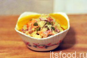 Вкусный салат с капустой и ветчиной готов. Раскладываем его по небольшим салатницам, которые подаются на стол. Украшаем салат дольками апельсина, либо веточками свежей зелени.