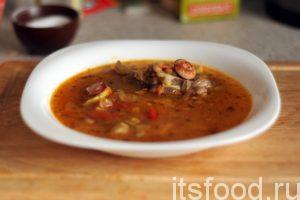 Солянка овощная по нашему рецепту готова. Подаем ее в глубоких тарелках и согреваем свои организмы.