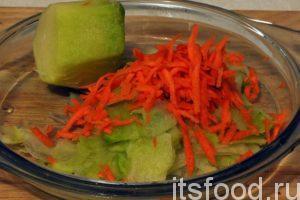 К редьке добавим немного оставшейся от первого салата моркови, натертой соломкой.