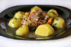 Думляма приготовленная по узбекским мотивам, сварена. Раскладываем блюдо по тарелкам. В центре – мясо и овощи, по краям – картофель. Блюдо поливается обильным соком от овощей и мяса.