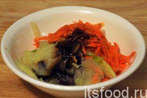 Раскладываем нарезку редьки и моркови по салатникам. Добавляем китайский соевый соус и оливковое масло.