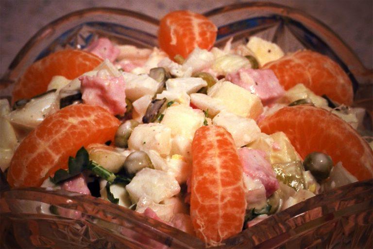 Зимний салат рецепт с колбасой пошагово в
