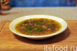 Теперь мы знаем, как сварить гороховый суп с грибами. Разливаем его по тарелкам, не забываем про мясо. Свежая зелень укропа придаст завершенность этому вкусному супу.