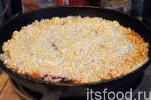 Выкладываем рис поверх кусков яблока. Стараемся получить равномерный слой риса. Возвращаем нашу сковороду вок снова на слабый огонь и осторожно, стараясь не размыть рис, добавляем в него крутой кипяток. После закипания плова нужно прикрыть казан крышкой. Следим за состоянием риса и уровнем воды. Когда рис почти приготовился, а воду видно только на дне казана – выключаем огонь и плотно накрываем плов крышкой. Через 15 минут он будет готов.