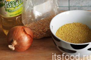 Сейчас мы узнаем как сварить вкусную пшенную кашу. На приготовление вкусной пшенной каши на воде нам потребуется 2 часа (из-за гороха).  Подготовим необходимые компоненты: горох и пшенку, морковь и лук. Нам понадобится кусок вареной колбасы и черный молотый перец. В небольшую кастрюлю нужно набрать 1.5 литра воды и высыпать туда необходимое количество гороха, добавить соль и перемешать. Первое время за отваром гороха нужно следить и помешивать содержимое кастрюли. После того, как горох разварился на малом огне, добавляем в кастрюлю пшенную крупу. Уровень воды должен покрывать ее на 1-2 сантиметра. Продолжаем варить вкусную пшенную кашу на малом огне.