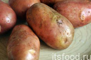 Сейчас мы узнаем как приготовить картошку с тушенкой.  На приготовление картошки с тушенкой по нашему фото рецепту, нам потребуется 40 минут. Промоем картофель, почистим его и нарежем на четвертинки.