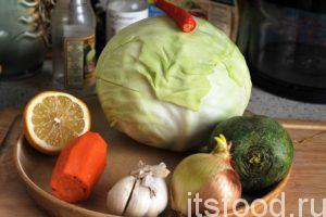 Начинаем готовить салат капустный, нам понадобится 1 час Если у вас нет наготове холодного отваренного картофеля, первым делом его нужно промыть и сварить в мундирах. Лучше брать мелкий картофель. Затем его нужно охладить. Приготовим основные компоненты салата капустного. Особое внимание уделяем капустному кочану. Все подозрительные места нужно срезать и убрать наружные листья. Редьку и морковь нужно промыть в воде и почистить. Лук и несколько зубчиков чеснока необходимо также почистить от шелухи.