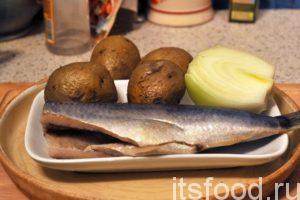 Половинку селедки нужно хорошо промыть в холодной воде. Если рыба сильно соленая, то вымачивать ее для этого салата не нужно. Картофель и лук возьмут лишнюю соль на себя. Снимаем с селедки кожу, удаляем плавники, хребет и реберные косточки. Чистим остывший картофель в мундирах.