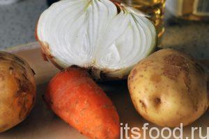 Приготовим овощные компоненты супа: промоем картофель, почистим репчатый лук и морковь.