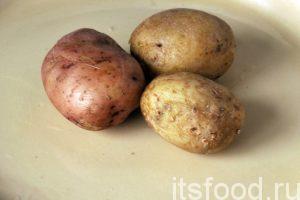 Промоем картофель, поместим его в кастрюльку с холодной водой и отварим его в мундирах до готовности. Затем картофель нужно немного охладить на воздухе.
