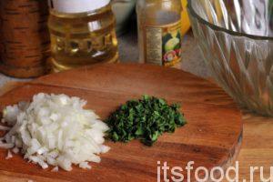 Нарежем очищенный лук на самые мелкие кусочки, порубим зелень и поместим нашу нарезку в большой салатник.