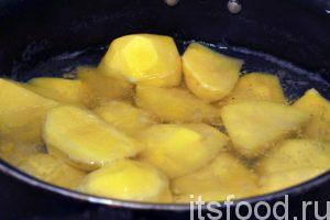 Поместим картофель в холодную воду и добавим немного соли. Уровень воды должен быть чуть меньше уровня картофеля. Варим картофель до готовности.