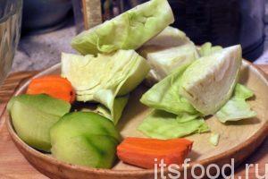 Нарезку всех компонентов салата капустного мы будем производить с помощью кухонного комбайна. Нам будет достаточно одного дискового ножа, которым мы нашинкуем капусту, после переворачивания этот нож станет другим и осуществит мелкую нарезку моркови, редьки, чеснока и лука. Все крупные овощи нужно разрезать ножом по размеру приемного окна кухонной машины.