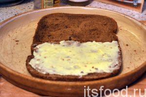 Возьмем обычный плавленый сырок «Хохланд» и намажем его на один из кусков хлеба.
