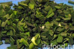 Нарежем как можно мельче зеленый лук и добавим в него немного соли для выделения сока. Поместим нарезку лука в отдельную миску.