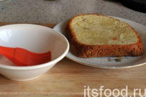 Смажем наши ломтики хлеба растительным маслом с двух сторон для помещения их в предварительно разогретую электровафельницу.
