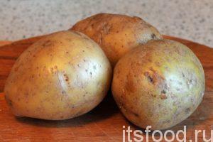 Промоем картофель и почистим его от кожуры.