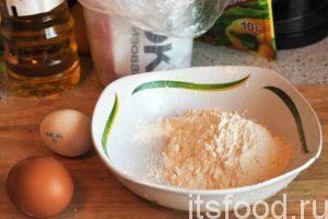 За это время нужно приготовить кляр. В глубокой тарелке смешаем муку и соль, разобьем туда куриные яйца.