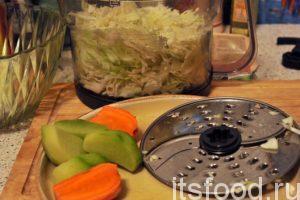 Капуста нашинкована, снимаем крышку комбайна и переворачиваем дисковый нож для нарезки мелкой соломкой. Капусту высыпаем в большой глубокий салатник, добавляем немного соли и проминаем рукой для образования сока.