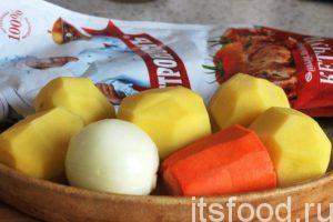 Промоем и почистим картофель, морковь и лук. Приготовим соус кетчуп.