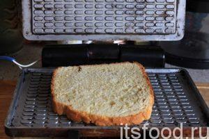 Изделие готово к запеканию. Закрываем подключенную вафельницу, зажимаем ее ручки рукой и выпекаем хлебец 1-2 минуты. Остерегаемся пара, который может обжечь руку в районе рукоятки вафельницы.