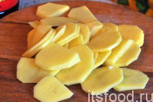 Нарежем очищенный картофель на круглые тонкие пластики.