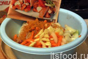 Добавим в емкость с фаршем и рисом нашу нарезку лука и моркови, добавим немного приправы с куркумой и начнем замес фарша. Это довольно трудоемкое занятие. Все дело в том, что вкус мясных блюд из рубленого мяса напрямую зависит от качественного и полноценного перемешивания его всех компонентов.