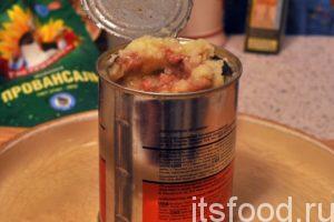 Когда картофель сварится (это легко проверить, проткнув его вилкой), нужно отлить половину отвара. Добавляем банку говяжьей тушенки в кастрюлю с готовым отваренным картофелем. Тушенку желательно предварительно разбить на кусочки вилкой или ложкой. Добавляем домашнюю зелень и снимаем кастрюлю с тушеным картофелем с огня.