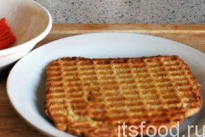 Открываем вафельницу. Готовый хлебец выкладываем отдельно для остывания.