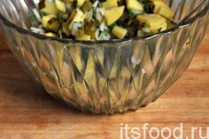 Можно добавить в салатник немного уксуса, соли и черного молотого перца и перемешать его содержимое для взаимной пропитки растительных компонентов.