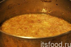 Перемешиваем «перетираем» мясо, хрящики и кожу. Выкладываем мясную массу в кастрюлю с бульоном и ставим на огонь. После закипания добавляем соль и мелкую нарезку чеснока. Снимаем свиной холодец с курицей с огня и даем ему остыть.