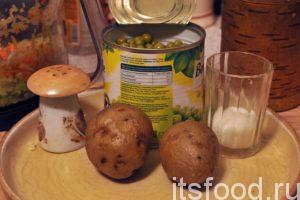 Почистим остывший отварной картофель и нарежем его на мелкие кубики. Откроем банку с зеленым горошком. Добавим сахар в капусту и еще раз перемешаем ее.