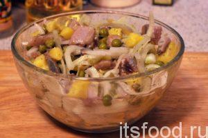 Перемешиваем содержимое салатника. Картошка сорта «Адретта» имеет яркий желтый цвет, это оживило вид салата. Накрываем салатник крышкой и убираем его в холодильник на полчаса. Если невмоготу можно этого не делать.