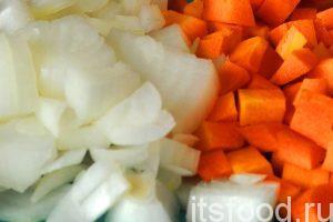 Приготовим овощи необходимые для обжарки заправки супа со шпинатом. Нарежем промытую и почищенную морковь и лук.